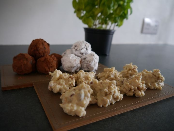 Trufas de chocolate y roquitas de chocolate blanco y cereales