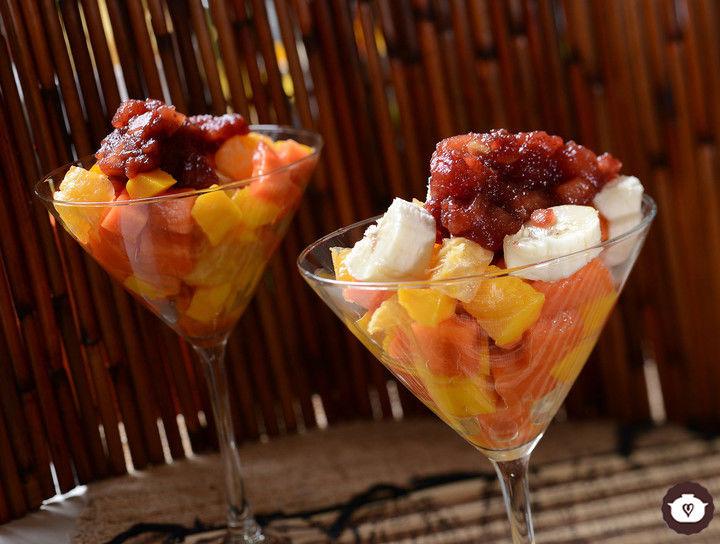 Copa de frutas con salsa de arándanos