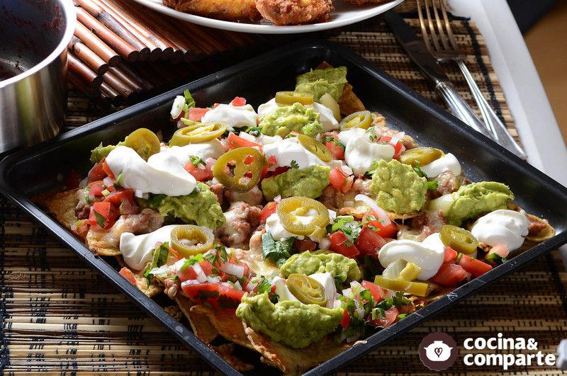 Nachos con frijoles y guacamole