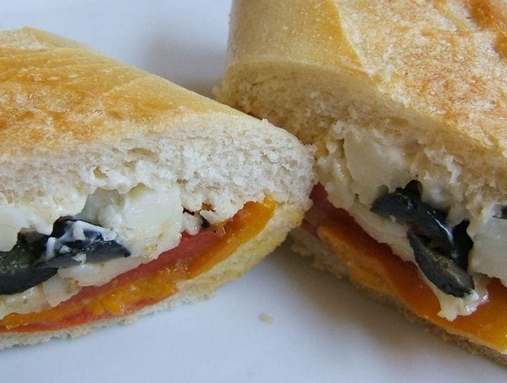 Sándwich de queso de cabra con vegetales rostizados