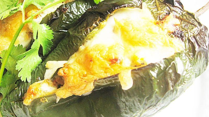 Chile relleno con tamal de elote