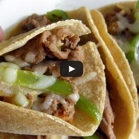 Tacos de carne con salsa de cilantro