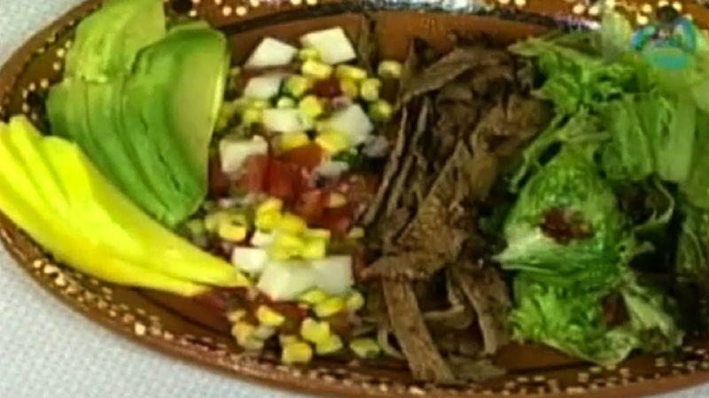 Carne de res, ensalada de maíz y aderezo de chipotle