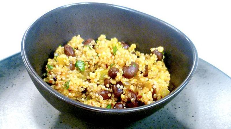 Quinoa con frijoles negros y cilantro
