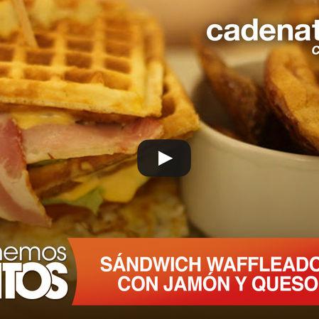 Sándwich wafleado con jamón y queso