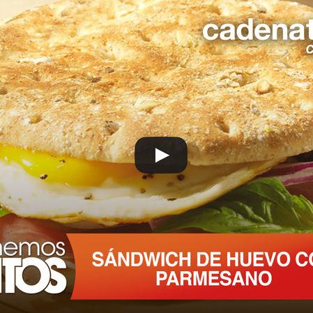 Sándwich de huevo con parmesano, salsa de jitomate y albahaca