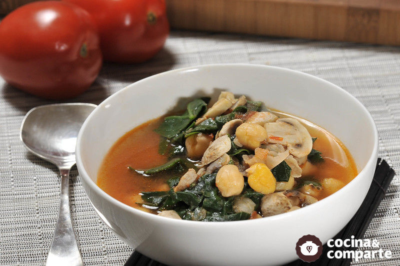 Sopa de garbanzos con espinacas y champiñones