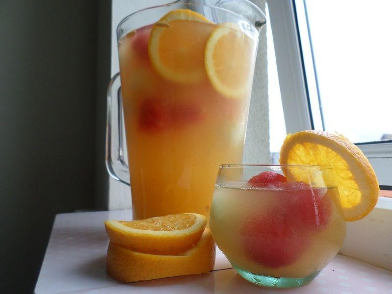 Agua de naranja con bolas de sandía y melón