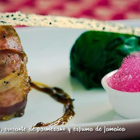 Popieta con pistacho, crocante de parmesano y espuma de jamaica