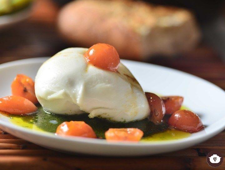 Botana de Burrata con pesto de albahaca y tomates rostizados