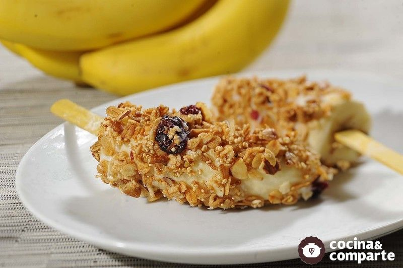 Paletas de plátano y granola