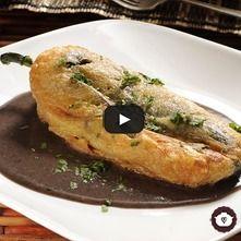 Chile relleno de queso en caldillo de frijol