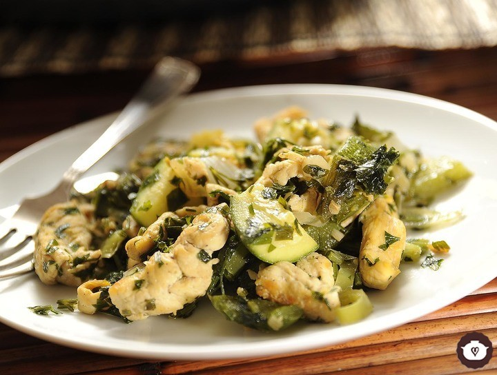 Pollo con verduras al ajillo
