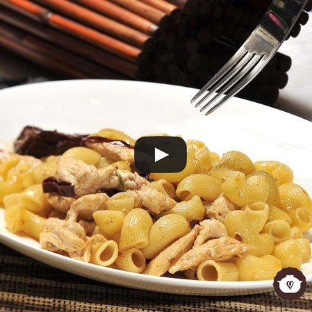 Codo con pollo chipotle y guajillo