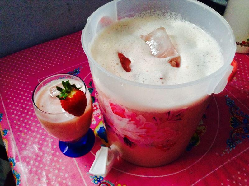 Agua de leche de fresas