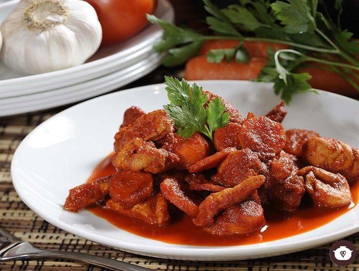 Pollo en salsa de chile ancho