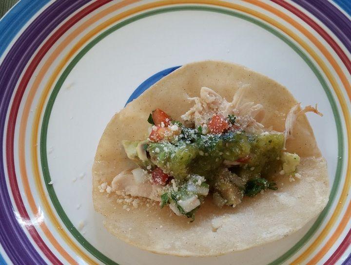 Tacos de pollo con salsa bandera