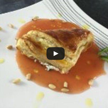 Triángulos de hojaldre con queso de cabra y hierbas en coulis de tomate