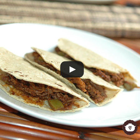 Tacos de carne deshebrada en salsa de pasilla