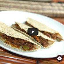 Tacos de carne deshebrada en salsa de pasilla