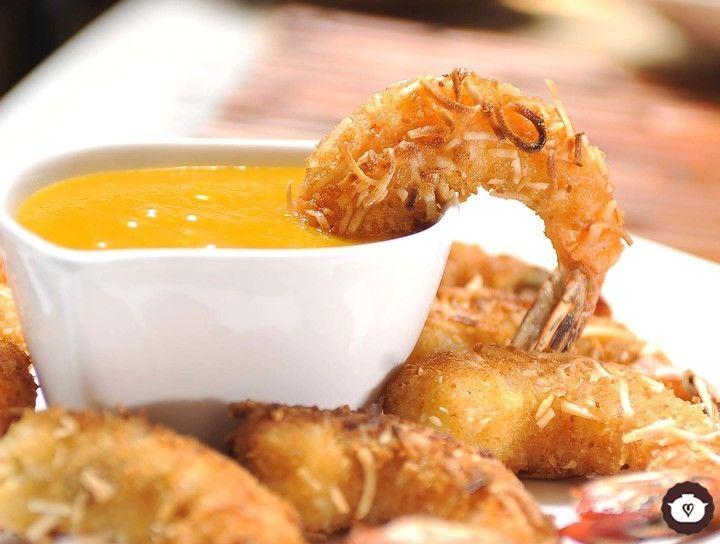 Camarones empanizados con coco y salsa de mango