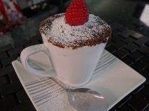 Pastelito de chocolate en taza