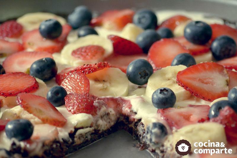 Pizza de brownie con fruta