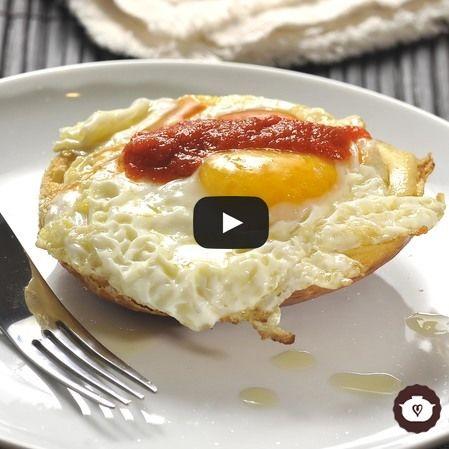 Huevos montados en bísquets con salsa de guajillo