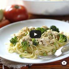 Spaghetti con salsa de pollo y chícharos