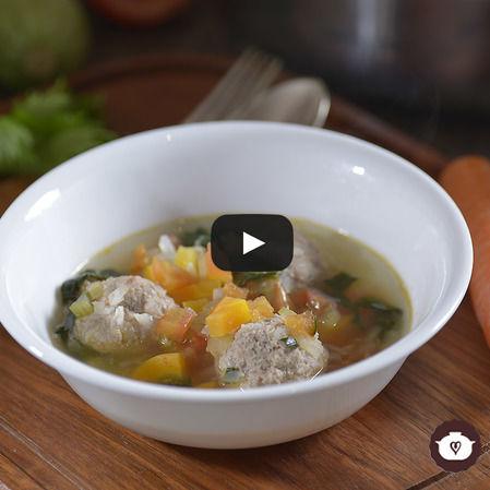Caldo de albóndigas con verduras