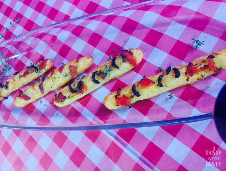 Grisinnis o palitos de pan estilo provenzal y tocino
