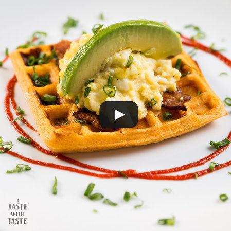 Waffle con huevo, tocino y aguacate