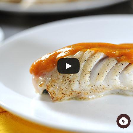 Filete de pescado relleno de espinacas con salsa de mango y chipotle
