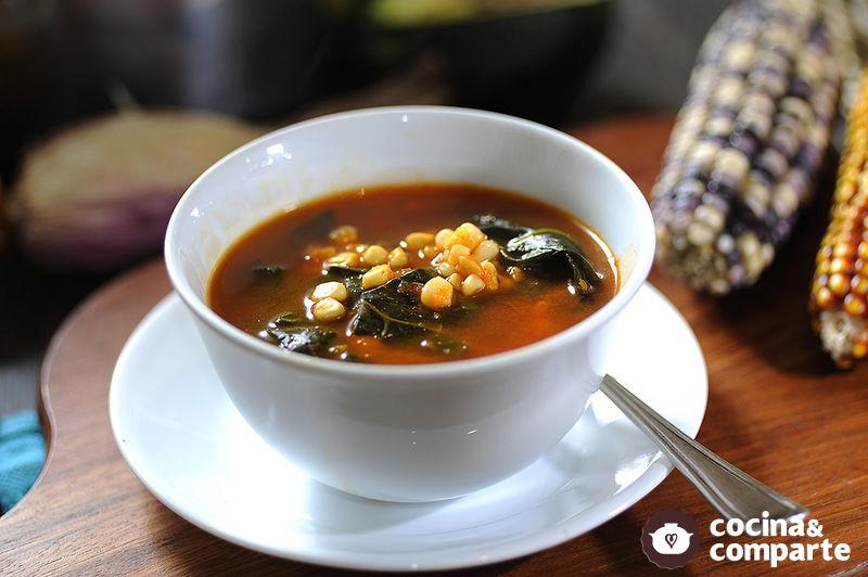 Sopa de espinacas, flor de calabaza y elote