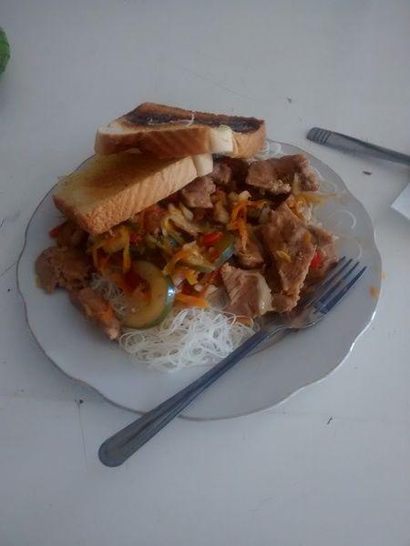 Cerdo teriyaki con fideos de arroz