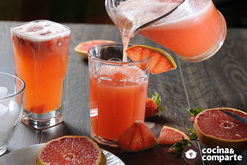 Agua de toronja con fresas
