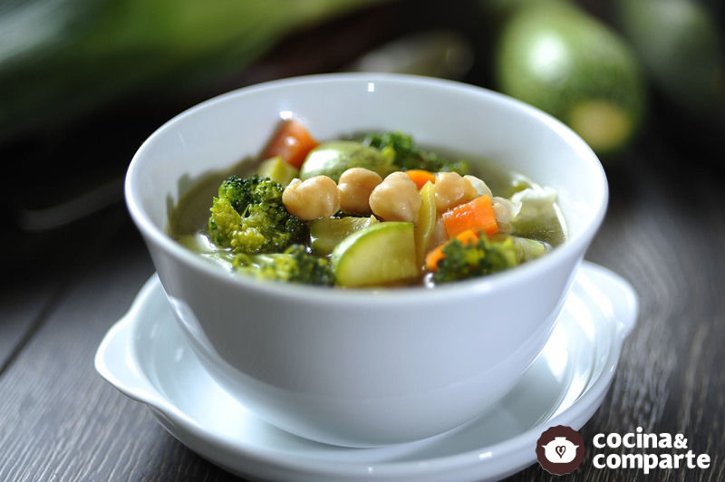 Sopa vegetariana de garbanzos con verduras