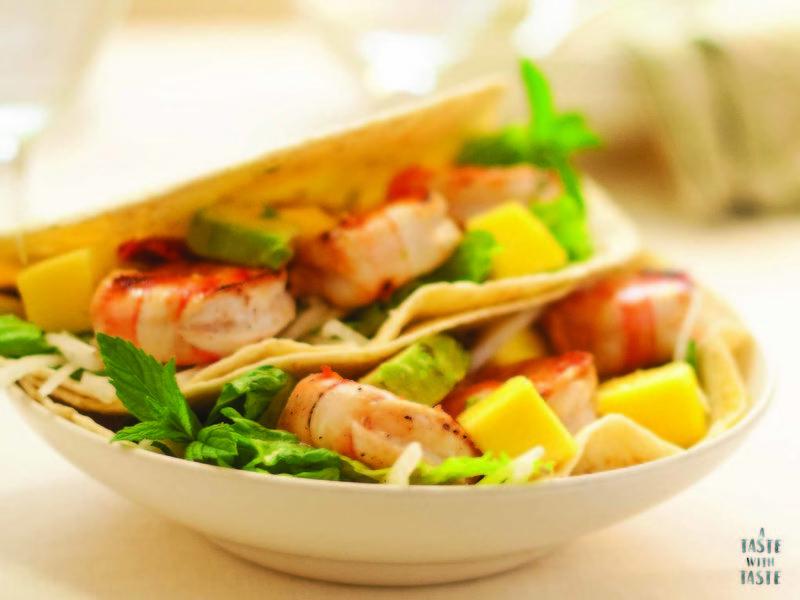 Tacos de camarón con aguacate,mango y mayonesa de chipotle