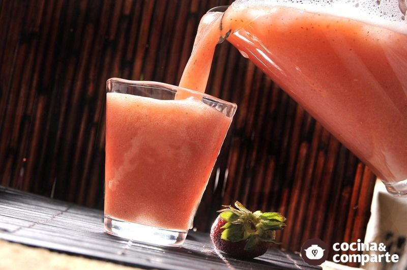 Agua de fresa con guayaba