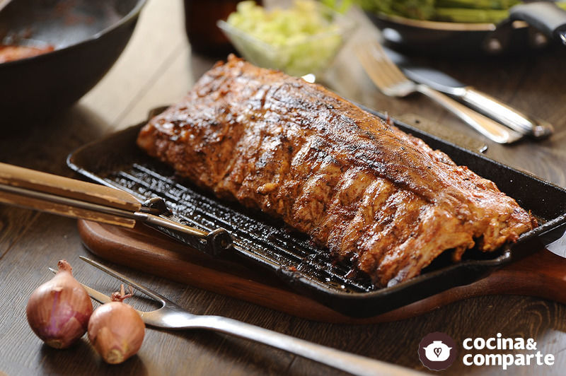 Costilla de cerdo adobada con chile morita