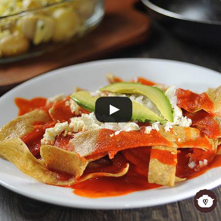 Chilaquiles en salsa de guajillo