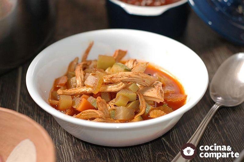 Sopa de pollo con verduras al chile ancho
