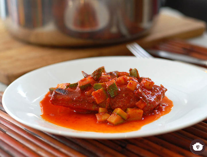 Guisado de chuletas en salsa de guajillo