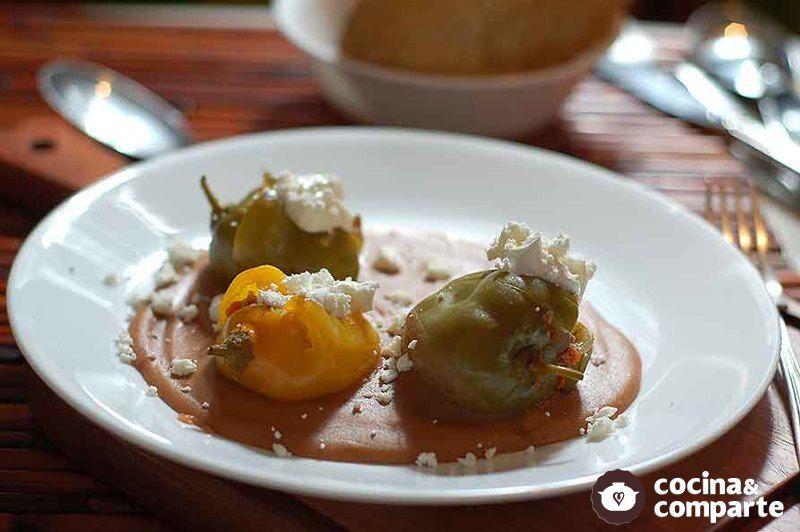 Chiles manzanos rellenos de carne molida