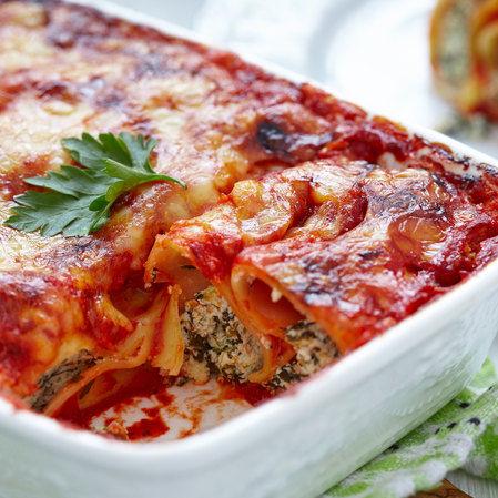 Rollitos de pasta rellenos de espinaca y ricotta con salsa marinara
