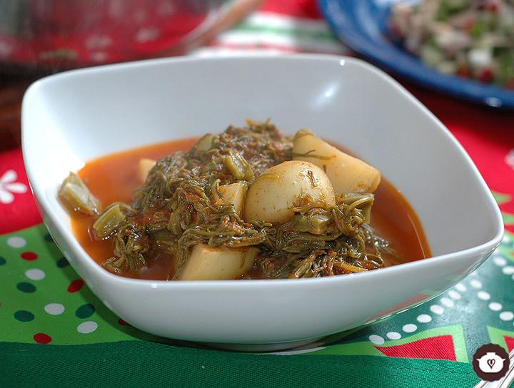 Romeritos con papas y nopales en salsa de guajillo