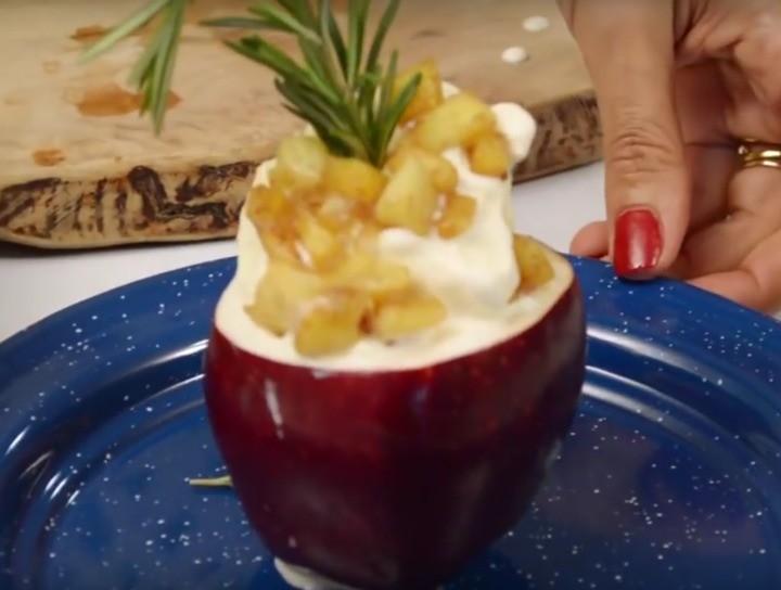 Manzana rellena de helado de vainilla