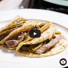 Tacos de bistec con nopales en salsa verde
