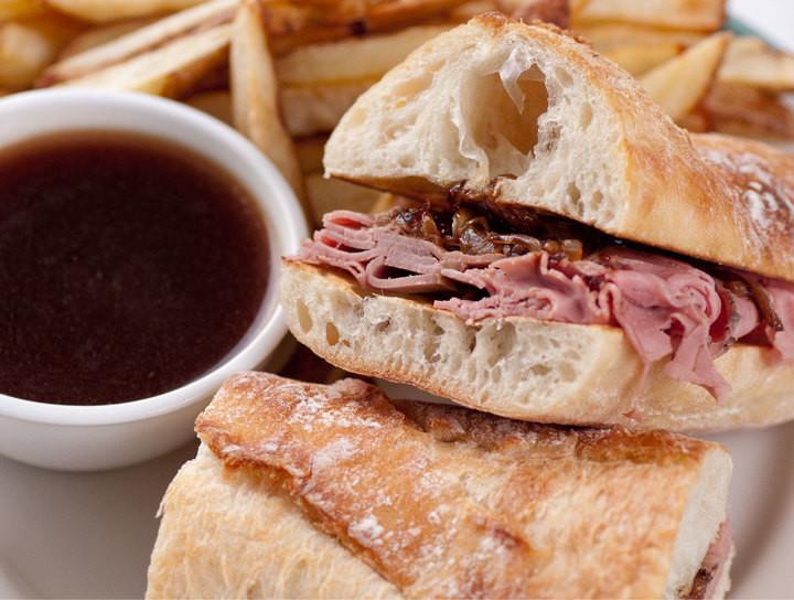 Sándwich de roast beef con salsa Au Jus