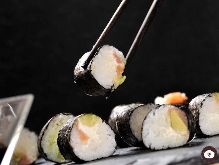 Sushi de salmón ahumado, queso y aguacate